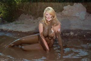 girls naked mud Labelle