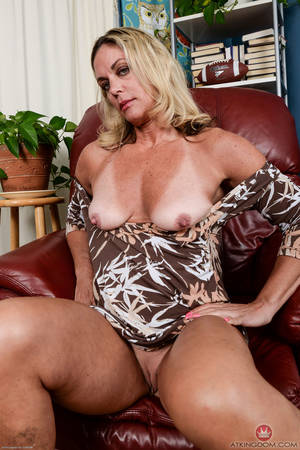 Big Mature Pussy - ... Blonde mature Sydney stretching pussy when posing nude on live cam ...