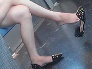 asian dangling - Incredibly Sexy Candid Dangling Fett and Legs on Train Asian